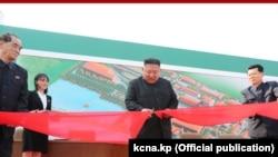 Державне агентство ЦТАК оприлюднило це фото, на якому Кім Чен Ин (с) урочисто перерізає стрічку, в своєму повідомленні за 2 травня 2020 року
