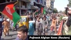 Учасники мітингу в Джелалабаді протестували проти зняття національного афганського прапора в місті Джелалабад
