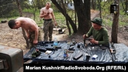 Українські солдати на передових позиціях на лінії фронту на Донбасі, поблизу села Кримське, Луганська область