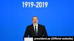 Președintele azer Ilham Aliyev vorbind la ceremonia marcând 100 de ani de la înființarea Universității din Baku, 26 noiembrie 2019