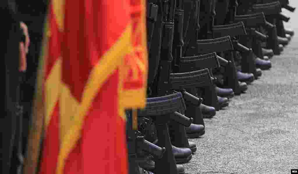 МАКЕДОНИЈА - Со почесна смотра беше одбеежан денот на Единицата за специјални задачи - Тигар, при Министерството за внатрешни работи. Единицата е една од најобучените специјални формации во Македонија.