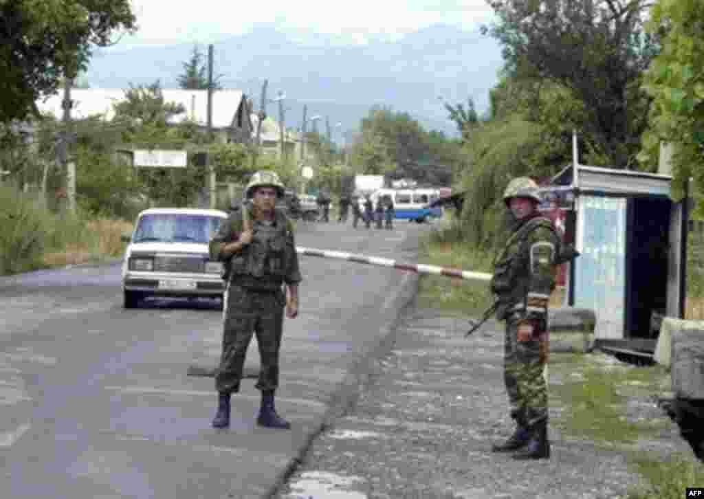 Руски мировници чуваат контролен пункт во Јужна Осетија. Мирот траеше до 2004 година, кога Михаил Саакашвили дојде на власт во Грузија. Помеѓу сузбивањето на прекуграничниот шверц и неуспешниот таен обид за насилно враќање на регионот, се зголемија тензиите и мировната комисија воопшто не се состана, бидејќи секоја страна покрена забелешки.