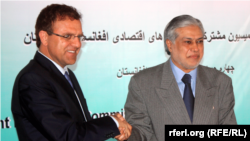 Pakistan Finance minister Mohammad Ishaq Dar (R) and Afghan Finance minister Hazrat Omar Zakhilwal during a press conference in Kabul in 2014.