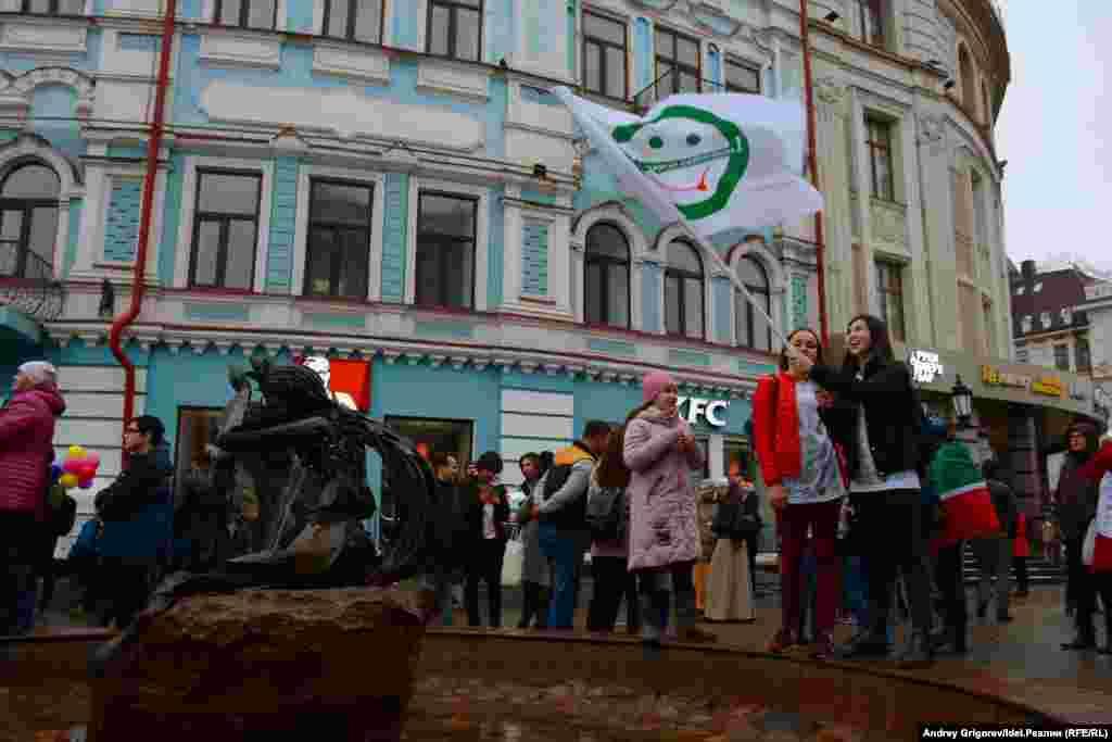 В центре Казани прошел концерт, в котором приняли участие татарские рок-группы, представители альтернативной музыкальной сцены, а также певица АИГЕЛ.
