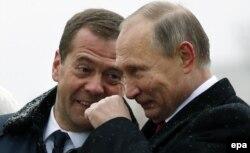 Президент Росії Володимир Путін (праворуч) і російський прем'єр-міністр Дмитро Медведев (ліворуч) під час відкриття пам'ятника Київському князу Володимиру. Москва, 4 листопада 2016 року