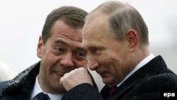 Президент России Владимир Путин (справа) и российский премьер-министр Дмитрий Медведев (слева) во время открытия памятника Киевскому князю Владимиру. Москва, 4 ноября 2016 года