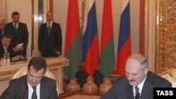 Президент Росії Дмитро Медведєв та його білоруський колега Олександр Лукашенко підписують двосторонні угоди про спільні антикризові заходи та створення єдиної системи ППО, Кремль, Москва, 3 лютого 2009 р.