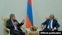 Комиссар ЕС по вопросам расширения и политики соседства Йоханнес Хан (слева) и президент Армении Серж Саргсян, Ереван, 2 октября 2017 г.