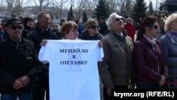 Севастопольцы смотрят прямую линию Владимира Путина. 16 апреля 2015 года