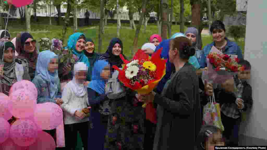 Крымские татарки пришли к родильному дому вместе со своими детьми