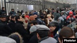 Yerevanda parlamentin binası qarşısında etiraz aksiyası. 23 dekabr 2013
