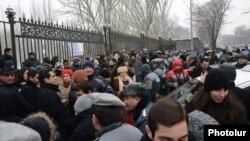 Գազային համաձայնագրերը չվավերացնելու պահանջով բողոքի ցույցը Ազգային ժողովի շենքի դիմաց, 23-ը դեկտեմբերի, 2013թ․