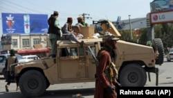 """""""Taliban"""" döyüşçüləri Əfqanıstanın paytaxtı Kabildə Həmid Karzai Beynəlxalq Hava Limanının qarşısında keşik çəkirlər"""