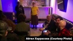 Мария Меньшикова (сары күлмәктән) чыгыш ясый