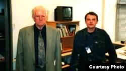 Анатоль Бублікаў (справа) і Васіль Быкаў