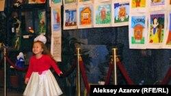 Театр фойесінде конкурсқа келген суреттер тұр. Алматы, 7 қараша 2014 жыл.