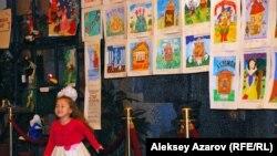 В фойе театра выставлены работы конкурса художников. Алматы, 7 ноября 2014 года.