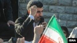 محمود احمدی نژاد در حال سخنرانی برای استقبال کنندگانش در فرودگاه مهر آباد.
