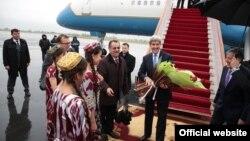 Пазироии Ҷон Керри дар фурудгоҳи Душанбе