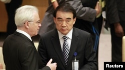 ویتالی چورکین نماینده روسیه در حال گفتوگو با همتای چینی خود لی بائودانگ