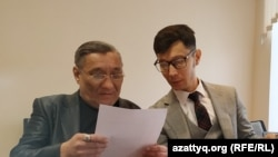 Активист Максат Айсаутов (слева) в зале суда. Уральск, 17 февраля 2020 года.