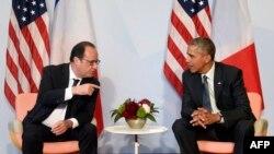 Pamje nga një takim i mëparshën ndërmjet presidentëve Obama (djathtas) dhe Hollande