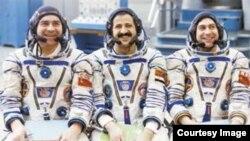 Muhammad Faris (ortadakı) həmkarları ilə
