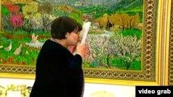 Председатель парламента Туркменистана Акджа Нурбердиева прикладывает ко лбу книгу под авторством президента Гурбангулы Бердымухамедова. Март 2016 года.