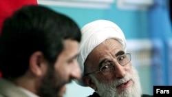 آیتالله احمد جنتی (راست) دبیر شورای نگهبان همراه با محمود احمدینژاد، رئیسجمهور اسلامی ایران.