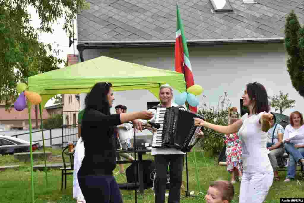 Кырымтатар музыканты Сервер Абкеримов аккардионда уйнап кырымтатар кызларын Хайтарманы биетте