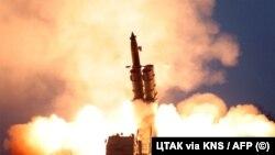 Испытания реактивной системы залпового огня сверхкрупного калибра в КНДР