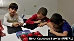 Незрячие дети читают по азбуке Брайля. Иллюстративное фото.
