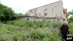 Заграждения – отнюдь не самая главная проблема для населения приграничных сел. Частично разрушенное в августе 2008 года село Двани его жители не могут восстановить и по сей день