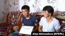 Рысбек Досан с матерью. Алматинская область, 6 августа 2015 года.