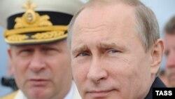 Владимир Путин и главком ВМФ России Виктор Чирков на параде в Балтийске. 26 июля
