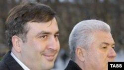 Как и Грузия, Молдавия не может решить проблему своей территориальной целостности. Президенты двух стран Михаил Саакашвили и Владимир Воронин