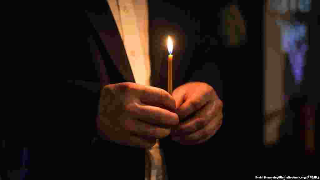 Свічка в руках у гостя Меморіалу