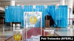 На избирательном участке в день внеочередных выборов президента. 9 июня 2019 года.