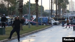 Police secure the area after an explosion outside a courthouse in Izmir on January 5.