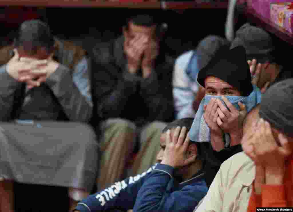 Заключенные из Ирака и Сирии, подозреваемые в принадлежности к группировке «Исламское государство», в тюремной камере в Эль-Хасаке.