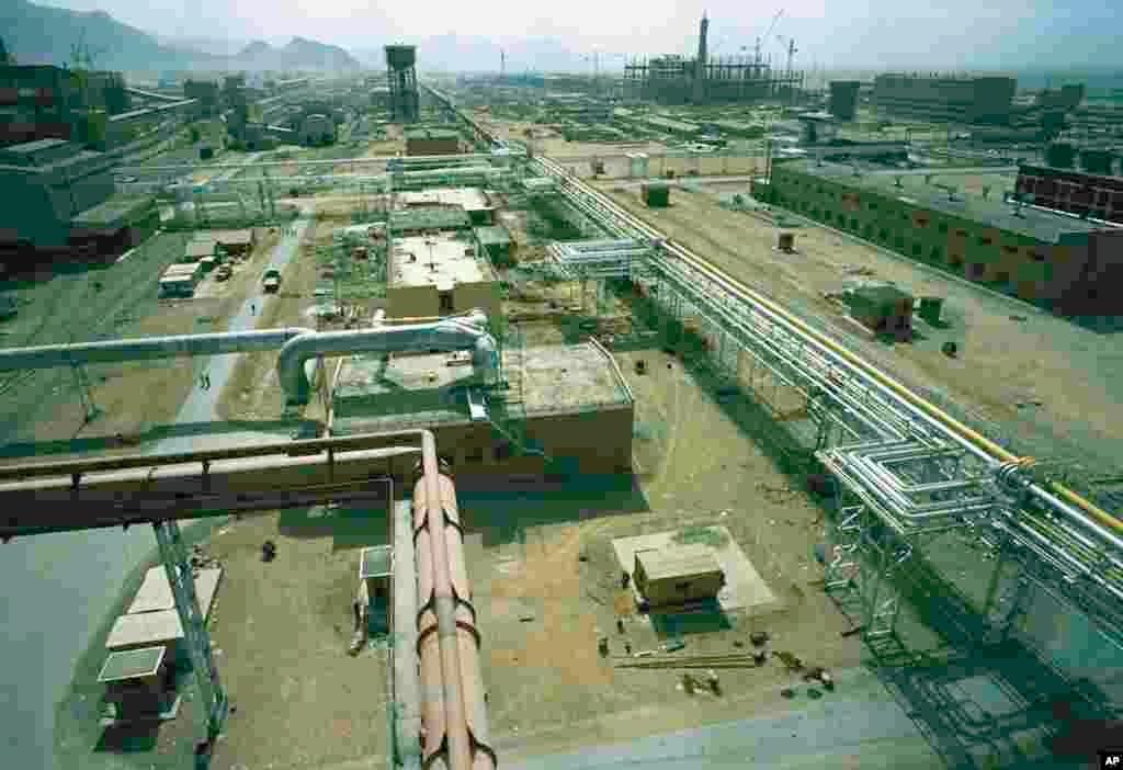 Строительство сталелитейного завода «Арьямехр» рядом с Исфаханом. Предприятие построено при поддержке СССР. Июль 1971 года.(AP Photo/Horst Faas)