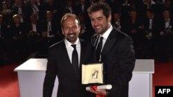 شهاب حسینی (راست) و اصغر فرهادی، پس از دریافت جوایز خود در اختتامیه جشنواره کن