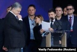 Зеленский Порошенкоға сұрақ қойып тұр. 19 сәуір 2019 жыл.