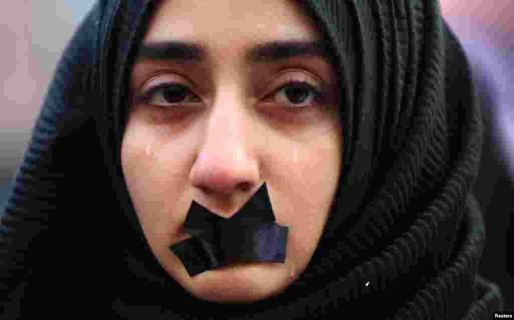 Türk studenti Aleppoda, Siriýa, gabawda galan raýatlara raýdaşlyk bildirip, protest mahalynda aglaýar. Saraýewo, 14-nji dekabr. (Reuters/Dado Ruvic)