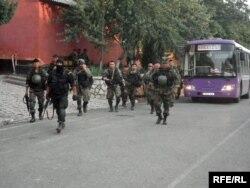 Солдаты патрулируют улицы Оша. Июнь 2010