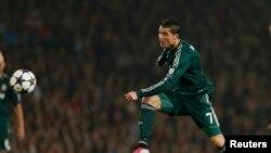 Կրիշտիանու Ռոնալդուն «Ռեալ»-ի կազմում գրավում է իր նախկին ակումբի` «Մանչեսթր Յունայթեդ»-ի դարպասը, Մանչեսթր, 5-ը մարտի, 2013թ.