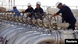 عمال في حقل القرنة النفطي