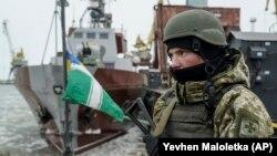 Азов теңізіндегі Мариуполь портында әскери кемеде қарауылдап тұрған украин шекарашысы. 3 желтоқсан 2018 жыл.