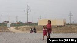 Дети на фоне частных домов в Туркестане. 2 июня 2018 года.
