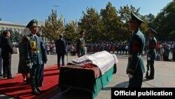 Траурная церемония у Кыргызского драматического театра имени Абдумомунова в Бишкеке.